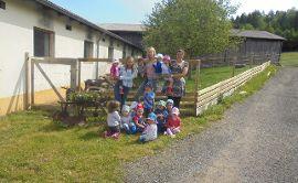 Die Schmetterlingskinder besuchen den Bauernhof